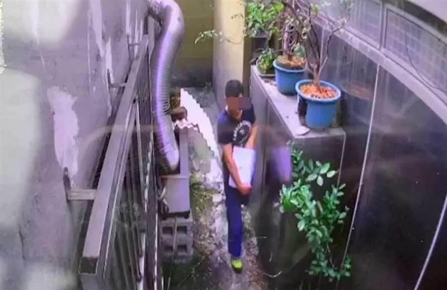 黃嫌手抱百萬現金準備離開,卻不知全被監視器錄下。