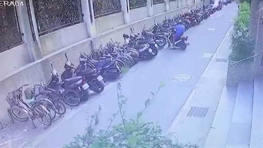 黃嫌在得手後抱著百萬現金從後巷騎機車逃逸。