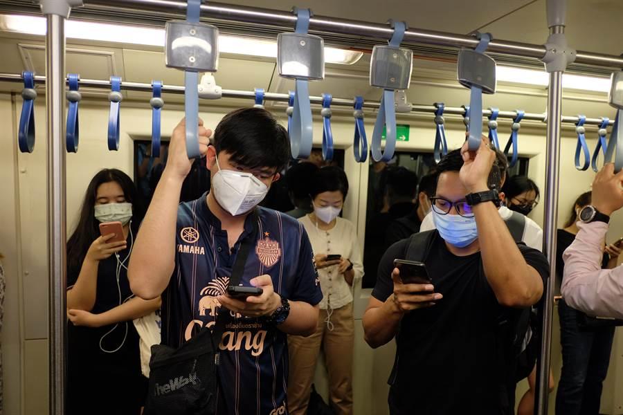 他車廂內喊新冠肺炎後倒地 乘客嚇狂逃出(示意圖/達志影像)