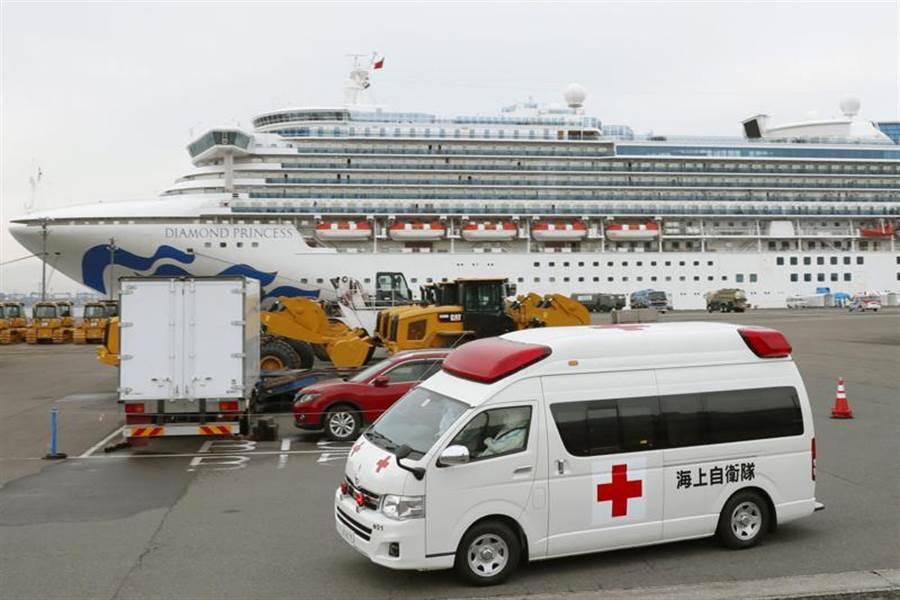 經檢驗呈陰性反應後,「鑽石公主」號的部份高齡與慢性病患終於獲准下船,圖救護車14日離開現場的畫面。(美聯社)