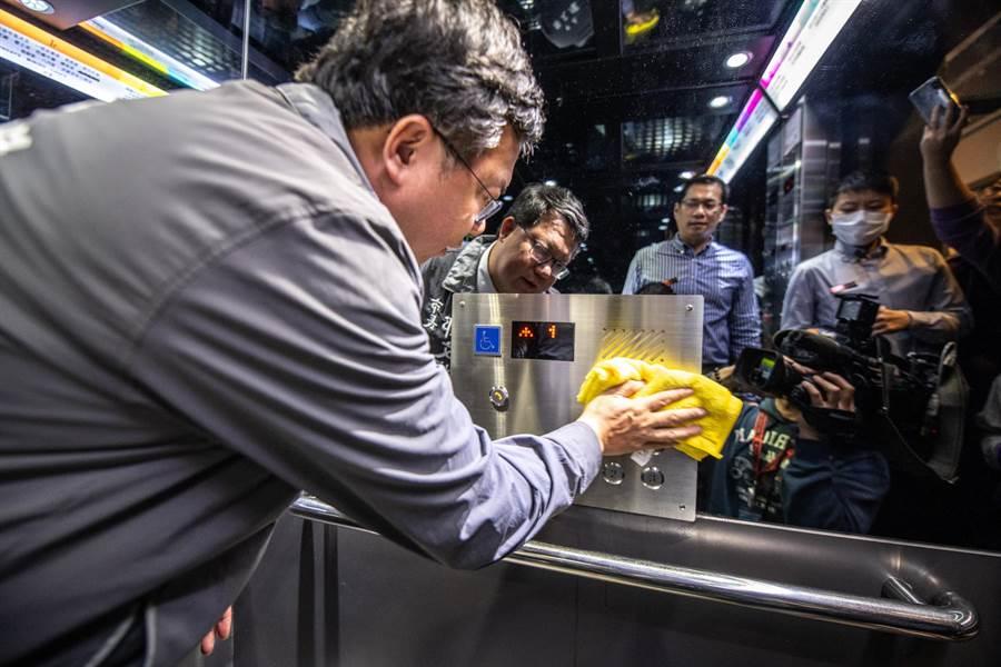 鄭文燦市長14日至桃園火車站前商圈ATT筷食尚,視察商場防疫工作,他也親自擦拭電梯按鈕。(賴佑維攝)