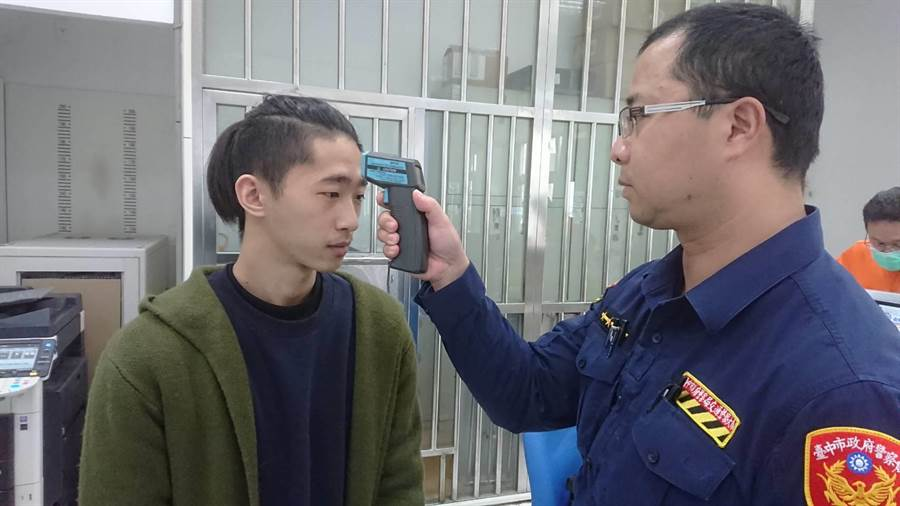 測量員警及所有進入警所洽公民眾體溫。(翻攝照片/張妍溱台中傳真)