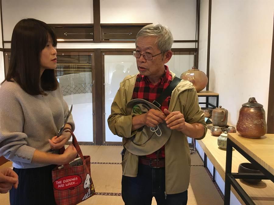 陶藝師黃全誠(右)現場導覽介紹陶藝作品。(廖素慧攝)