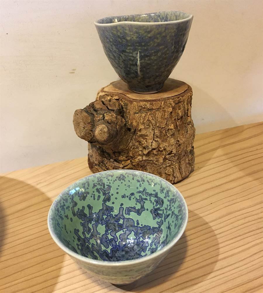 嘉義市陶藝師黃全誠用溫度變化燒出不同結晶釉陶杯。(廖素慧攝)