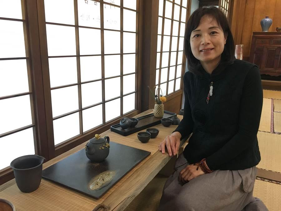 苗栗陶藝師徐幸榆把玉山的意境燒成陶藝茶具。(廖素慧攝)