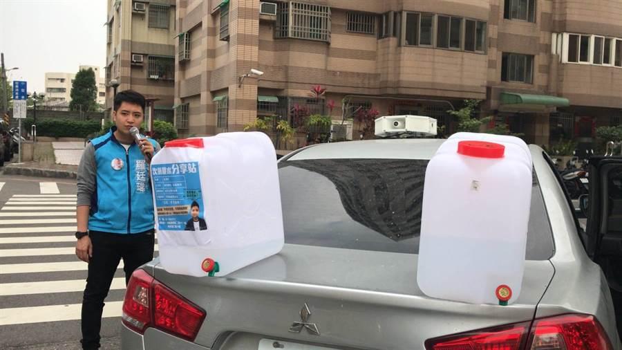 台中市議員羅廷瑋開著宣傳車邊宣傳邊贈送次氯酸水。(馮惠宜攝)