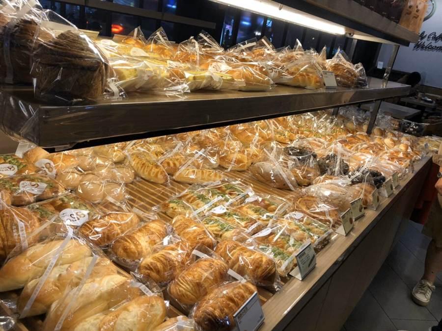 因應疫情85℃門市架上麵包販售時會用透明塑膠覆蓋,或是逐一個別套袋包裝,若是不想外出,也可以使用85 Cafe APP線上點餐外送功能,單筆消費滿200元(含)免外送服務費,就有專人送餐到府。(85℃提供/台中馮惠宜傳真)