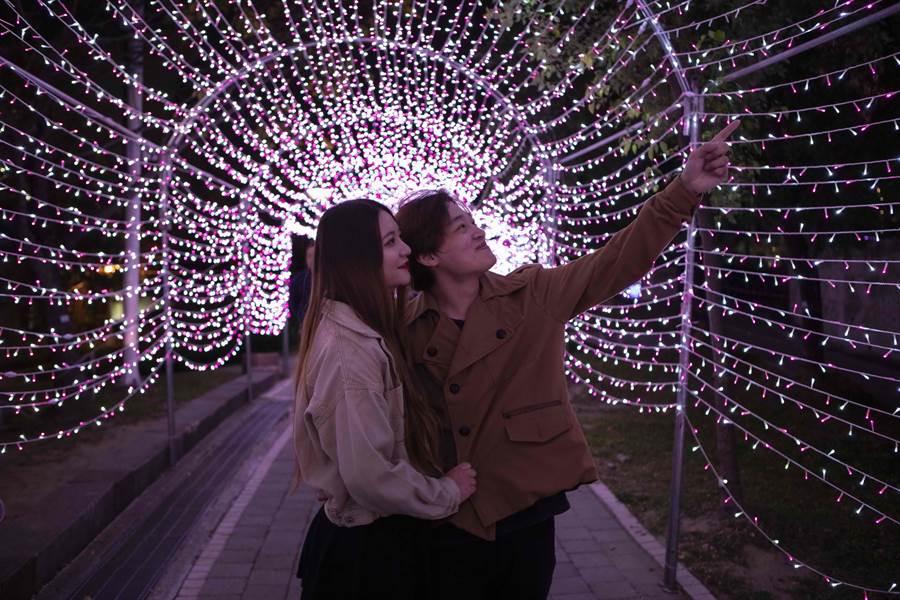 台灣燈會文心森林公園副展區情人光廊,浪漫滿點。(台中市府提供/盧金足台中傳真)