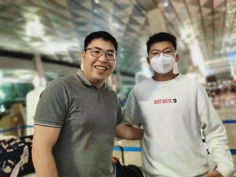 15歲的趙珺延(右)獨自一人將舅舅游和洲(左)搶購來的1.5萬片醫用口罩運回家鄉溫州蒼南的醫院,受到各界稱許「英雄出少年」。(圖/澎湃新聞)
