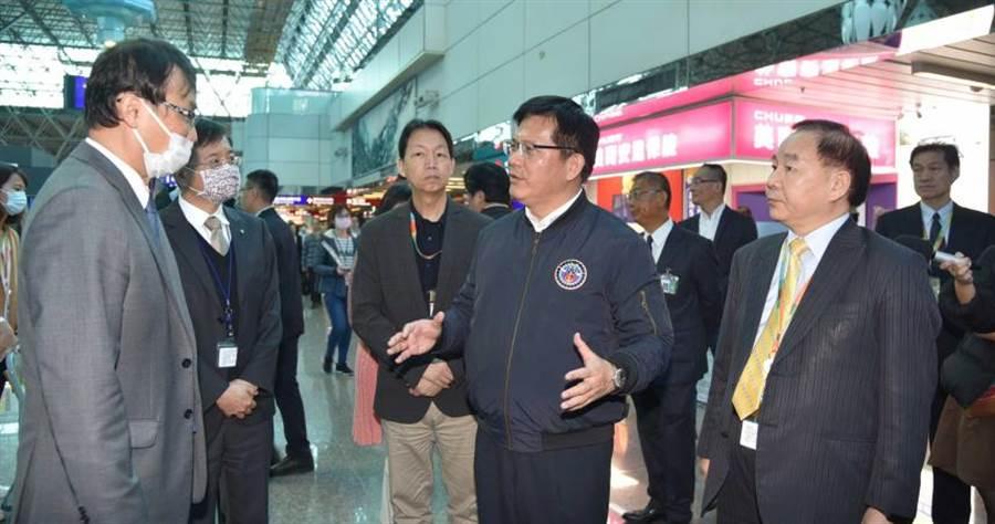 交通林佳龍(右2)視察桃園機場航空公司櫃台,聽取業者心聲,並為大家打氣。(圖/桃園機場公司提供)