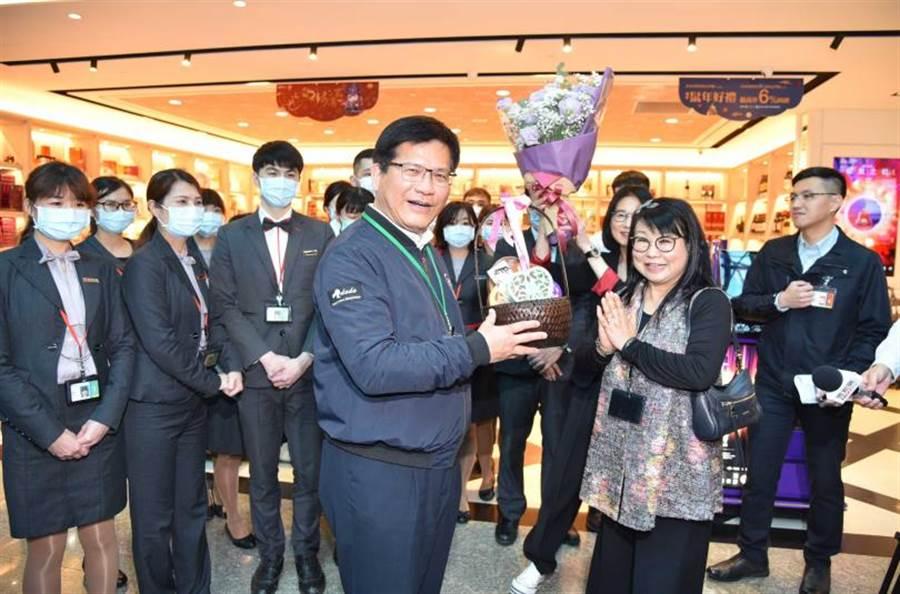林佳龍部長勉勵機場免稅商店第一線工作人員,並與大家合影。(圖/桃園機場公司提供)