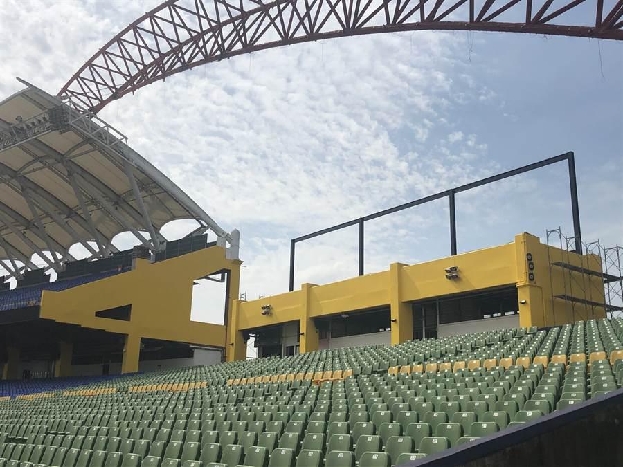 洲際球場建築物外牆上色。(中信兄弟提供/鄧心瑜傳真)
