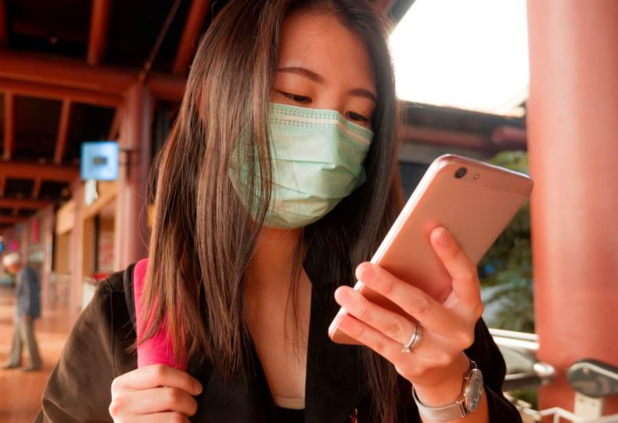 新型冠狀病毒疫情未歇,許多人因為長時間戴口罩而爆痘。(示意圖/shutterstock提供)