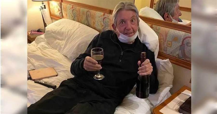 鑽石公主號乘客網購2瓶紅酒,沒想到竟由無人機送達門口。(圖/翻攝自臉書Jan Dave Binskin)