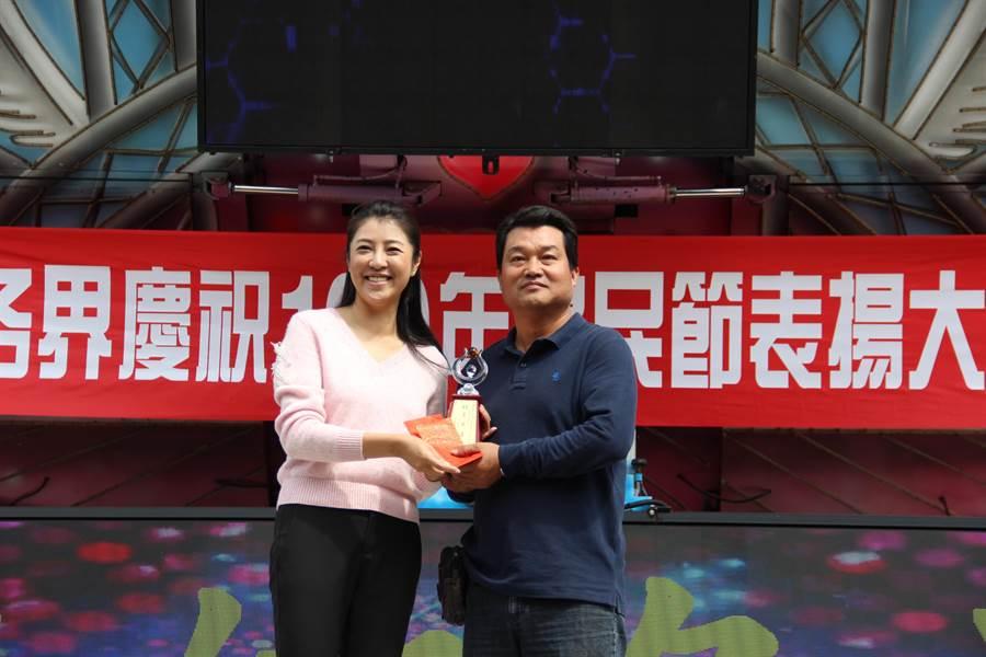 立委許淑華(左),頒獎表揚運銷績優農民。(廖志晃攝)