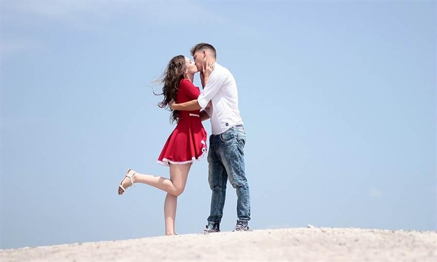 誰說只有男生能捧著女生的臉說「我愛你」!(圖片來源:Pixabay)