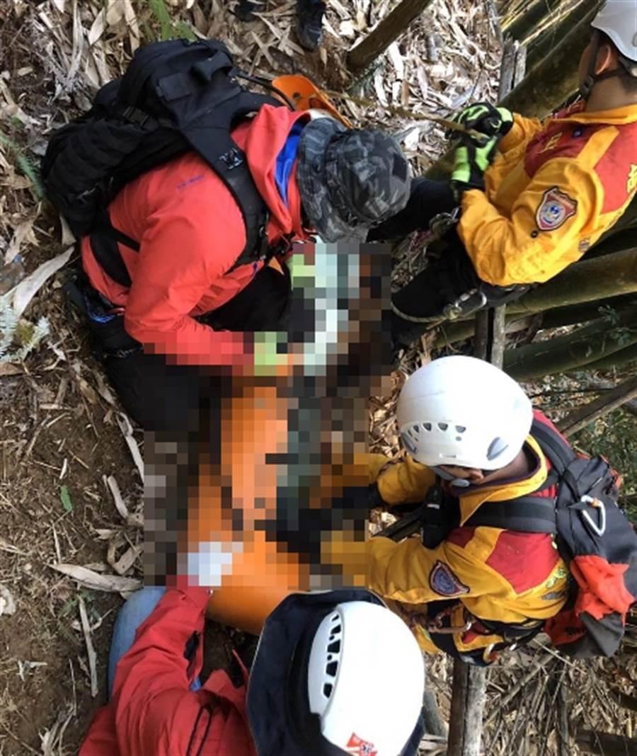 日籍老翁操作飛行傘墜落,警消發現時已無生命跡象。(南投縣消防局第2大隊提供/廖志晃南投傳真)