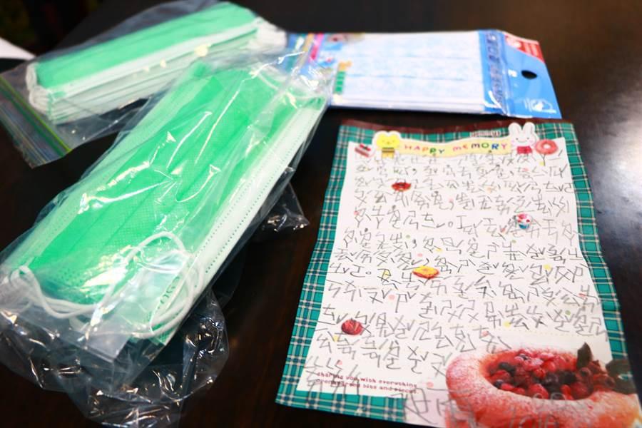 6歲男童潘昶霖日前到恆春基督教醫院看診後,為感謝醫護人員照顧,不僅送上成人與兒童用口罩,還親筆寫信鼓勵一線人員、貼心叮嚀不要累壞,整封信全是注音符號,讀來吃力卻感動滿滿。(謝佳潾攝)