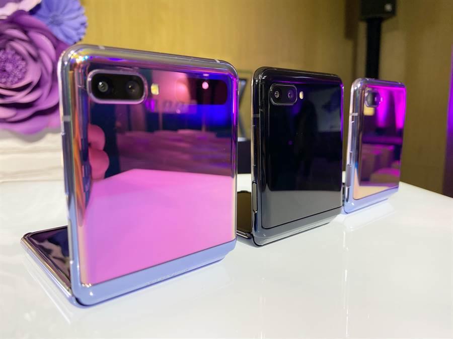 三星Galaxy Z Flip在台推出頑美黑、頑美紫兩色,限量金色款目前未在台推出。(黃慧雯攝)