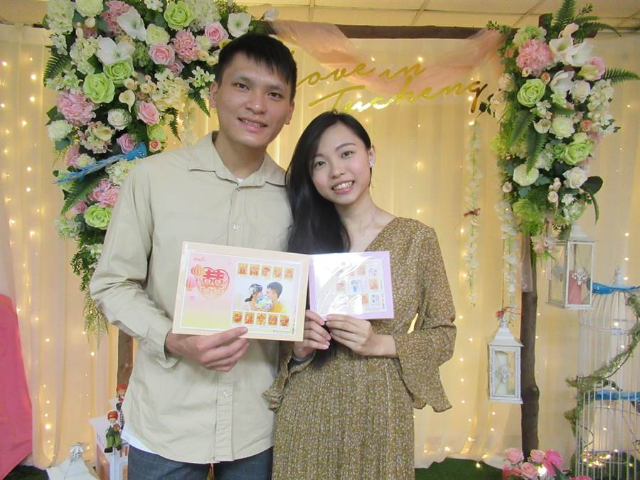 新北市土城戶所與中華郵政攜手,推出客製化的結婚紀念郵票,將新人的幸福儷影印成專屬紀念套票。(許哲瑗攝)