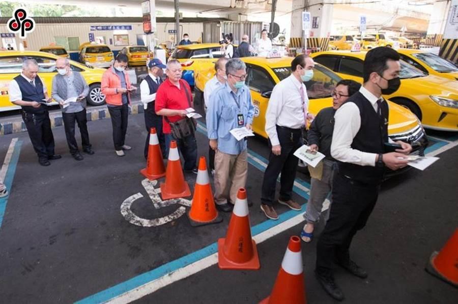 圖為日前台北市交通局在建國計程車服務站,販售個人車行的計程車司機一次7天份口罩的情況。(圖/本報系資料照)