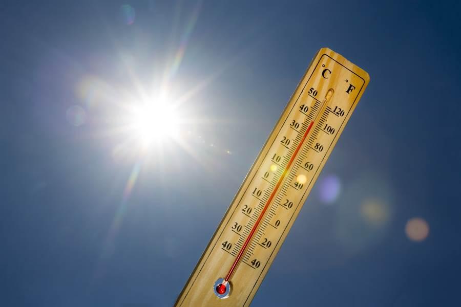 地球發燒了!美國國家海洋及大氣總署(NOAA)發布數據,1月全球地表與海平面平均溫度,比20世紀均溫高華氏2.5度,成為史上最熱的1月。(圖摘自shutterstock)
