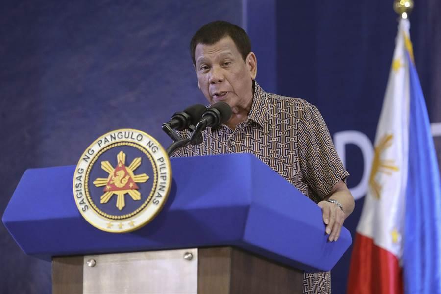 菲律賓總統杜特蒂的行事作風「吃軟不吃硬」,涉外人士指雙邊關係風波暫息,台菲外交單位的穩健積極交涉功不可沒。(圖/美聯社)