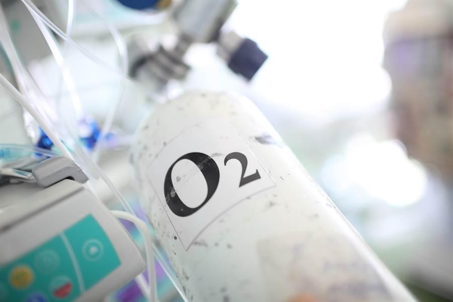 目前抗新冠肺炎卻遇到實際面上的瓶頸,「沒氧氣可用」的情形在各處醫院發生。(圖/SHutterstock)
