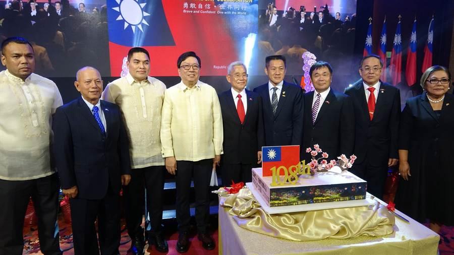 外交部與菲律賓駐台代表班納友(Angelito Banayo左4)在這次台菲風波居中斡旋功不可沒。圖為108年在馬尼拉舉行國慶慶祝酒會、我駐菲代表徐佩勇(中)與台商和菲律賓政界人士合影。(圖/中央社)