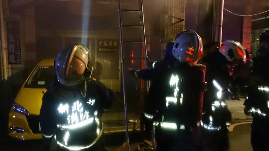 消防人員架梯救出受困民眾。(翻攝照片/許哲瑗新北傳真)