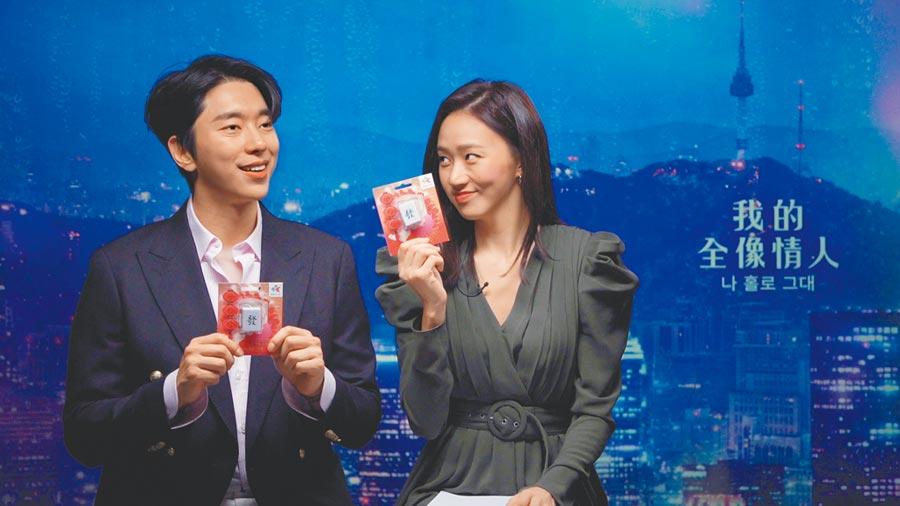 尹賢敏(左)和高聖熙拿到來自台灣的小禮物,兩人都愛不釋手。(Netflix提供)