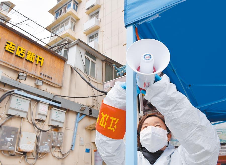 武漢強化抗「疫」,人事大調動,圖為2月10日,武漢市園林局職工在調試播放防疫事項的擴音喇叭。 (新華社)