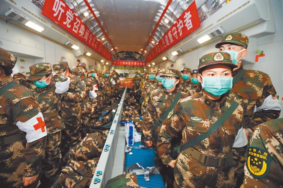 2月13日,11架空軍運輸機載947名醫護人員抵達武漢天河機場。(中新社)