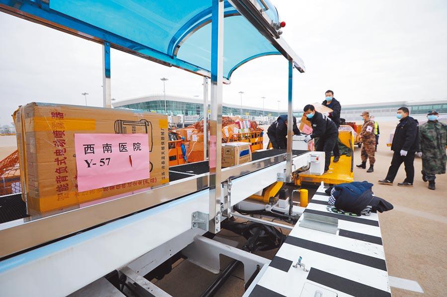 2月13日,醫療物資抵達武漢天河機場。(中新社)