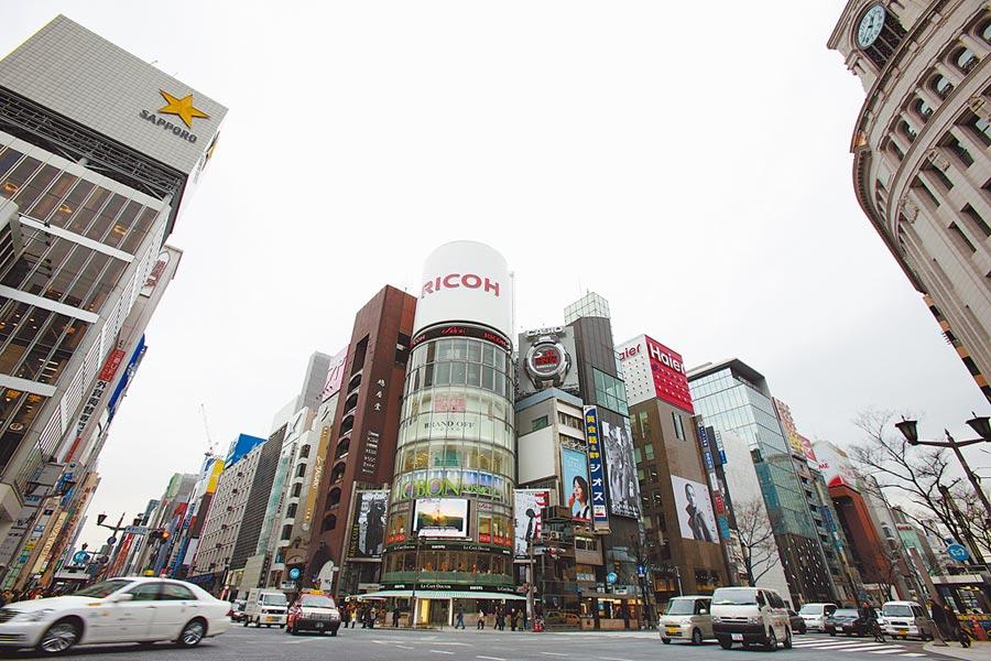 東京銀座街頭已經看不到大陸遊客了,顯得空空蕩蕩的,商場裡也沒什麼人。(新華社)