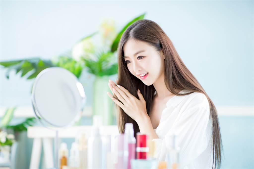 防疫期間除了勤洗手,頭皮清潔、保養也別忽略。(示意圖/shutterstock提供)