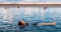 白安旅程跑遍半個地球 漂浮鹽湖裡享受無重力