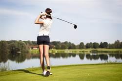 高爾夫兇妹裙太短 一揮桿羞洩春光