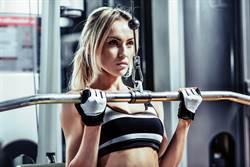 健身正妹挺胸重訓 超巨視角不科學