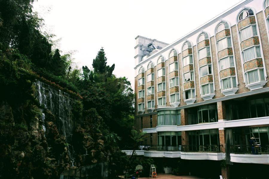 防範疫情,溪頭米堤大飯店定期消毒外,也在在上午、下午邀客人一起在山泉瀑布前一起做操。(本報系資料照)