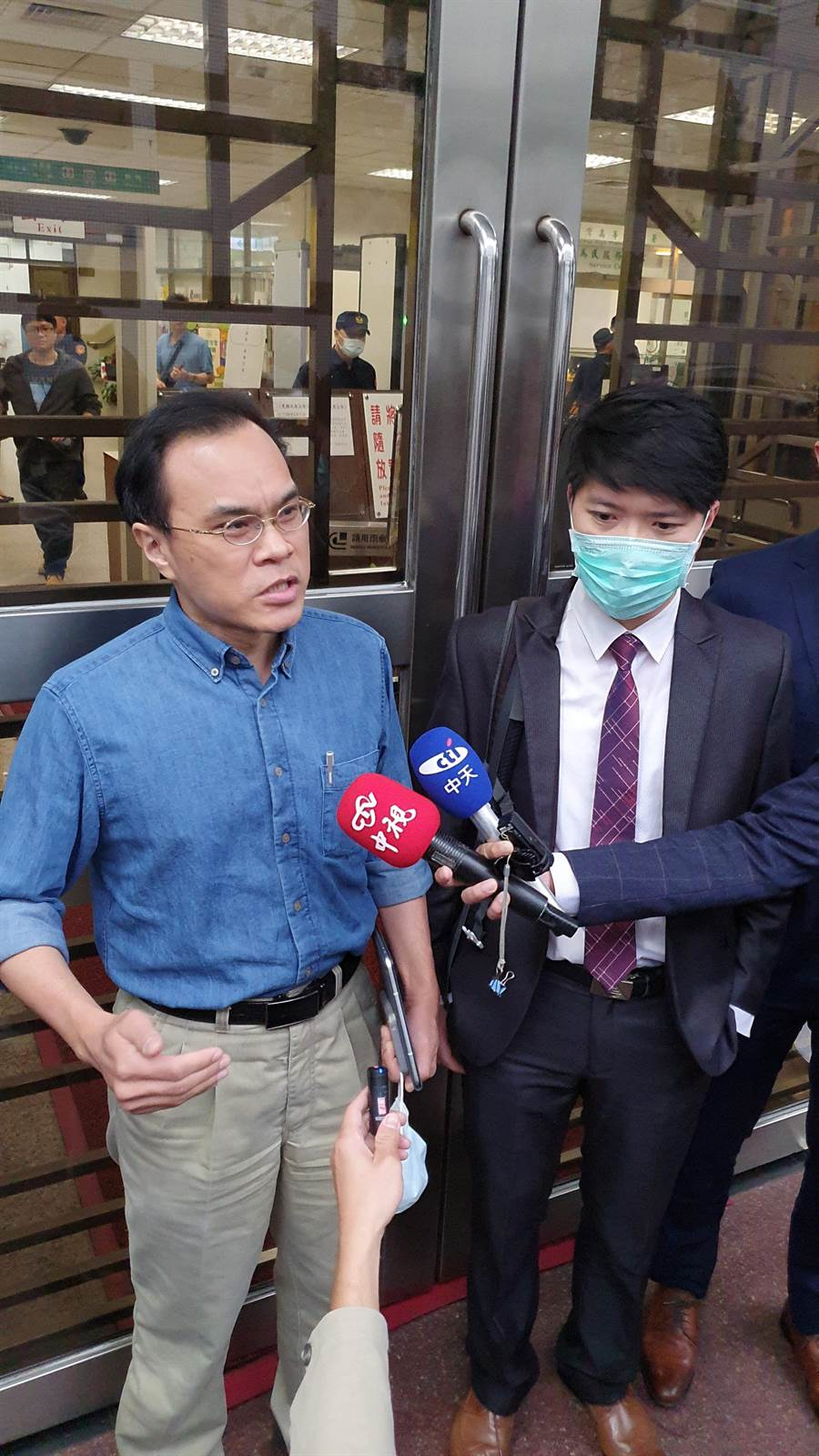 圖左,劍青檢改成員林達到庭旁聽 ,聲援遭彈劾的檢察官陳隆翔(圖右)林偉信攝