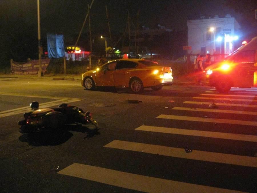 台中市南屯區黎明路二段、市政南一路口,15日清晨近五時發生一起計程車與機車騎士擦撞的車禍。(民眾提供/盧金足台中傳真)