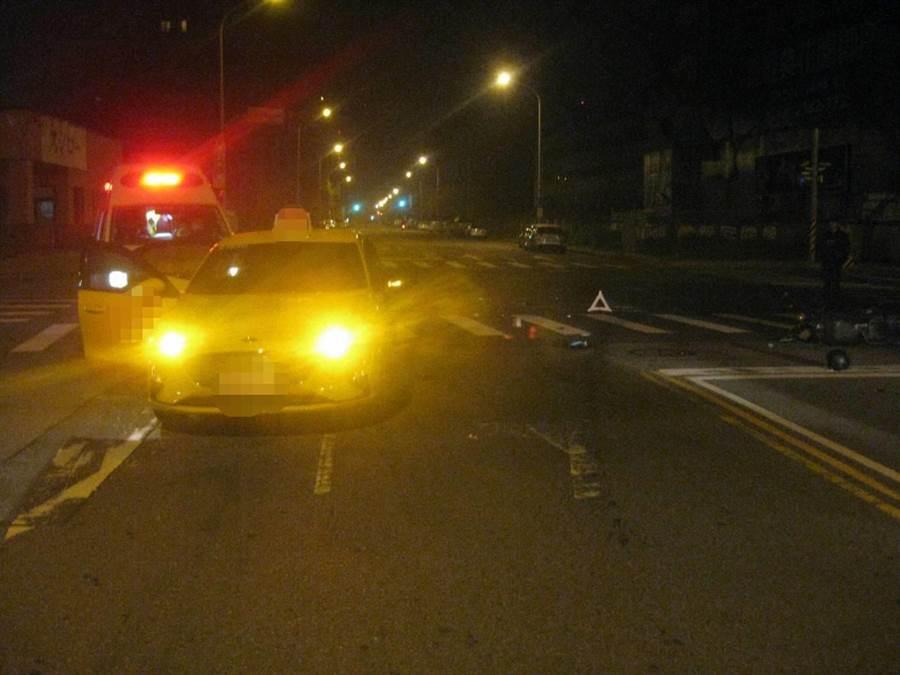 女騎士當場噴飛到旁邊的車道,倒地後生命垂危,送醫急救。(民眾提供/盧金足台中傳真)