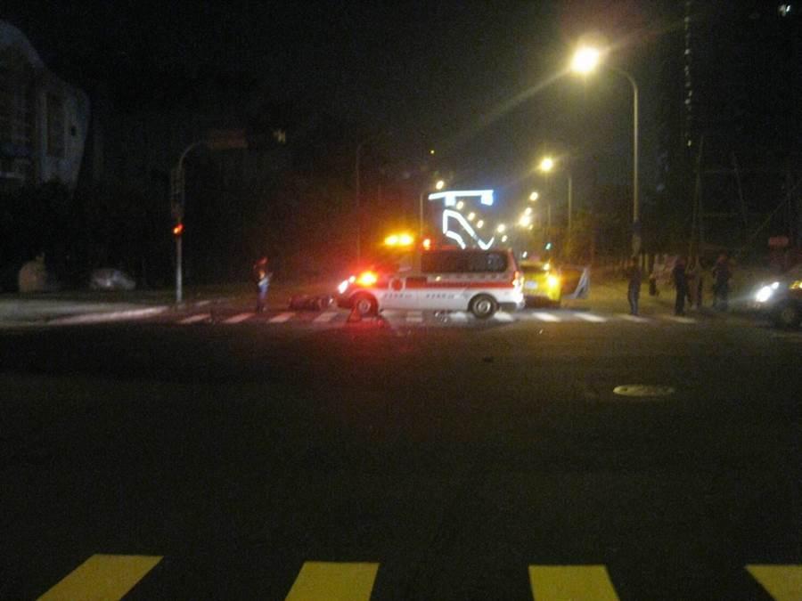 這起小黃擦撞機車的交通事故,警方正深入調查原因,釐清車禍責任。(民眾提供/盧金足台中傳真)