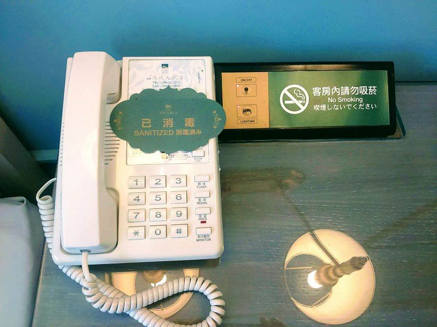 米堤飯店客房、餐廳全面落實新型冠狀病毒防疫工作,圖為客房電話消毒。