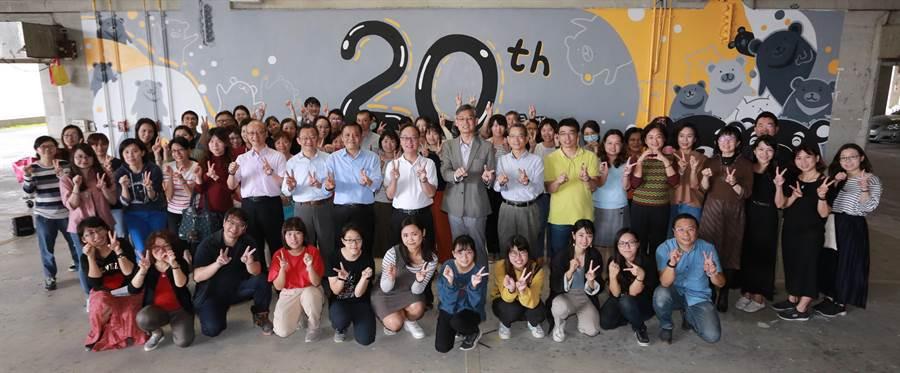 高雄大學創校20周年慶祝活動正式開跑,師生合影。(林瑞益攝)