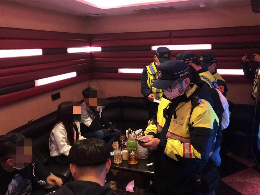 新冠肺炎防疫期間,警方配戴口罩一一在包廂內進行臨檢。(許家寧翻攝)