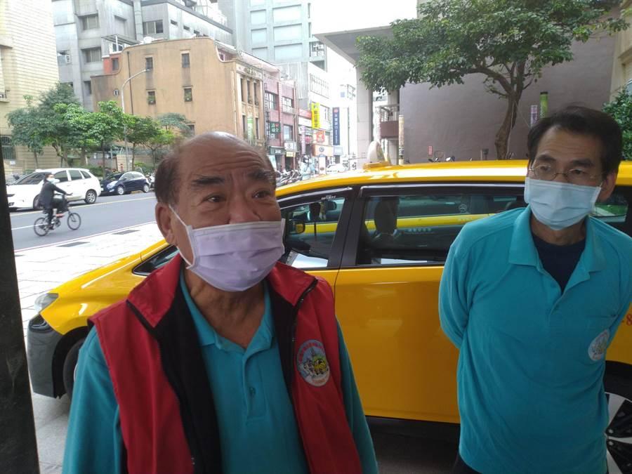 車隊理事長謝燦榮(左)說52名司機這段時間被隔離沒收入,盼政府能伸出援手。(許家寧攝)