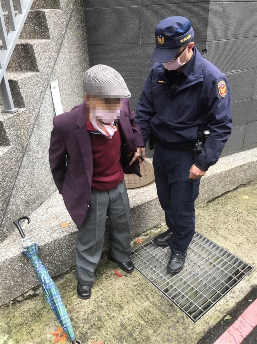 汐止分局員警日前巡邏時,發現迷途老翁,熱心替他尋找回家路。(新北市汐止分局提供/張睿廷新北傳真)