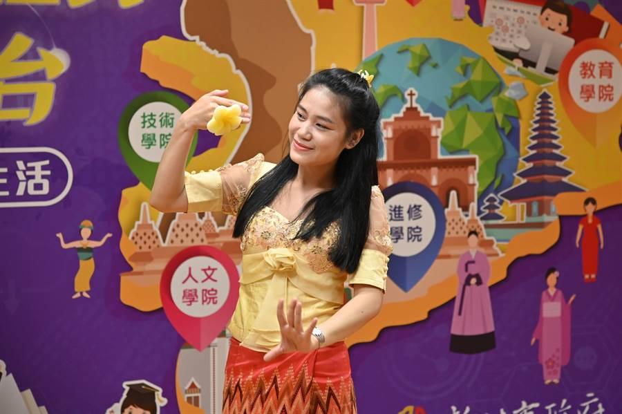 來自寮國的陳安黎表演曼妙的寮國傳統舞蹈。(新北市教育局提供╱吳亮賢新北傳真)